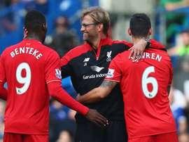 Benteke, Lovren y Klopp, en una imagen reciente del Liverpool. Twitter