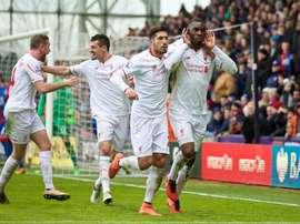 Benteke celebra el tanto de la victoria del Liverpool junto a sus compañeros. Twitter