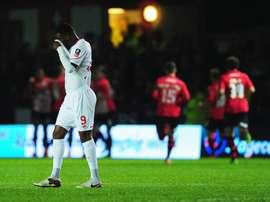 Benteke se lamenta mientras los futbolistas del Exeter celebran su segundo tanto. Twitter