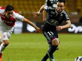 Bernardo Silva (i) persigue a Mathieu Valbuena en el Mónaco-Lyon de esta noche. Twitter