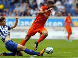 Borja Bastón pelea por un balón con un jugador del Hertha de Berlín. MalagaCF