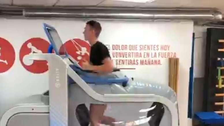 Borja Garcés entrena con una máquina antigravitatoria. Twitter/borjagarces9