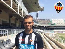 Borja Gómez posa con la camiseta del Castellón. CDCastellón