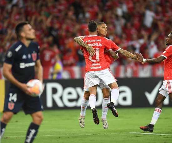 Boschilia e Guerrero comemoram o primeiro gol contra o Universidad de Chile. Twitter SCInternacional