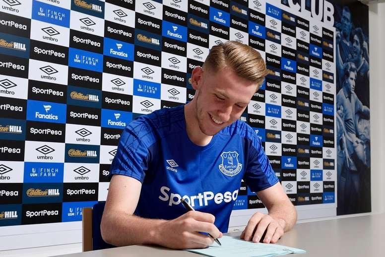 Bowler, firmando su contrato con el Everton. Everton