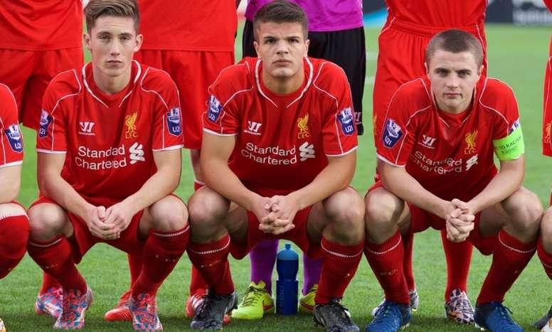 Tom Brewitt (c) recibió una bofetada del karma. LiverpoolFC
