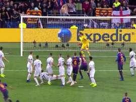 Brozovic evitó el gol de Suárez de falta. Captura/Movistar+