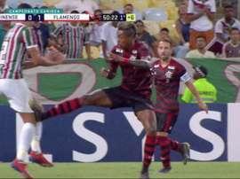 Bruno Henrique fue expulsado tras una dura entrada a la altura de la rodilla. Captura/Premiere