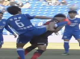 Brutal patada en la Liga Coreana a un jugador que terminó con la nariz rota. Youtube