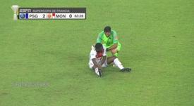 Buffon salió de su portería para ayudar a Aholou. Captura/ESPN