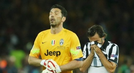 La curiosa bienvenida de Buffon a Pirlo. EFE