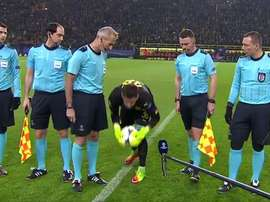 Burki insisting on carrying out his bizarre pre-match ritual. Captura