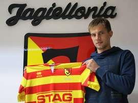 Burliga posa con la camiseta de su nuevo equipo, el Jagiellona polaco. Twitter