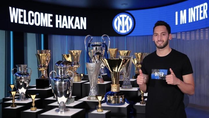 Çalhanoglu troca o Milan pela Inter. Twitter/Inter