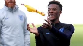 Hudson-Odoi, feliz como un niño pequeño con la Selección Inglesa. Twitter/England
