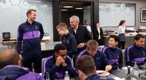 Mourinho a invité le ramasseur de balle au repas de Tottenham. Twitter/SpursOfficial