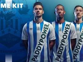 Le nouveau maillot d'Huddersfield avec son sponsor discret. HuddersfieldTown