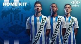 El Huddersfield tuvo que mover su escudo por la publicidad. Huddersfield