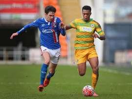 Campbell (derecha) seguirá defendiendo los colores del Yeovil Town por seis meses más. Twitter