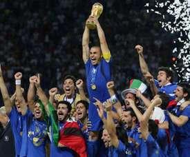 Cannavaro confessa que a taça acabou quebrando. AFP