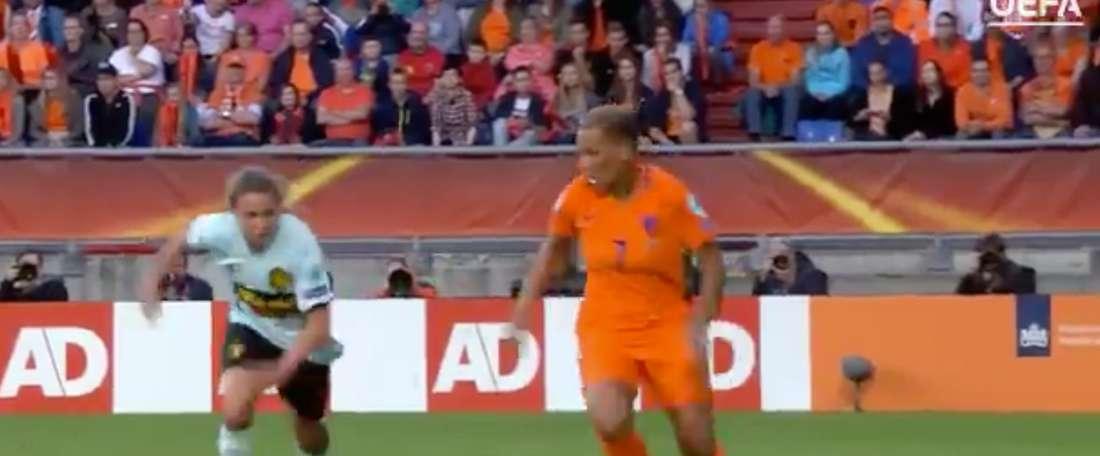 Caño de Shanice en la Eurocopa femenina. Twitter
