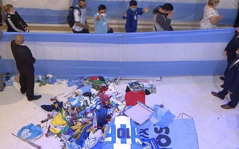 Adieux à Maradona: cercueil recouvert de fleurs, maillots et drapeaux. Captura/Twitter/CasaRosada