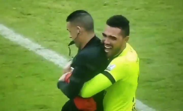 Tolima ganó la estrella... ¡y su portero abrazó al árbitro! Captura/WinSports