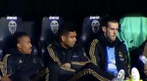 Desafio da garrafa, a diversão de Bale no banco. Captura/Vamos