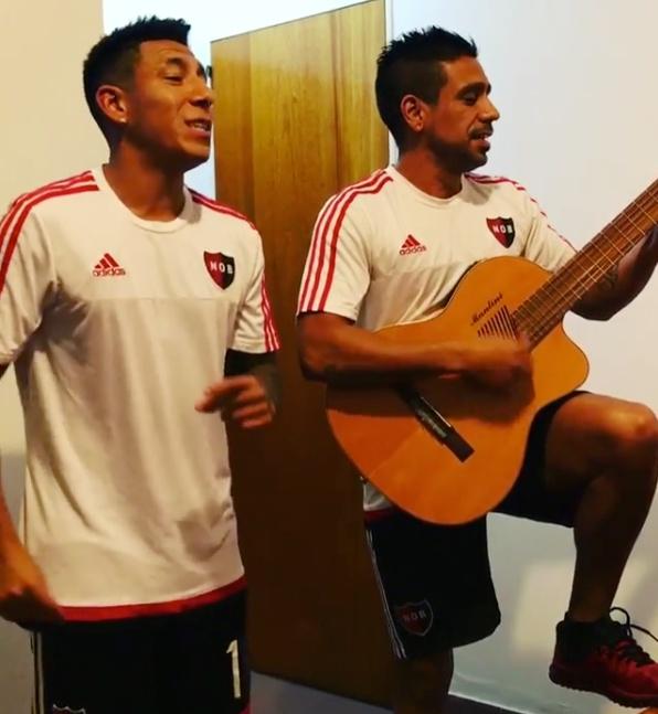 Los dos futbolistas de Newell's se animaron a cantar una canción de Maluma. BrianSarmiento