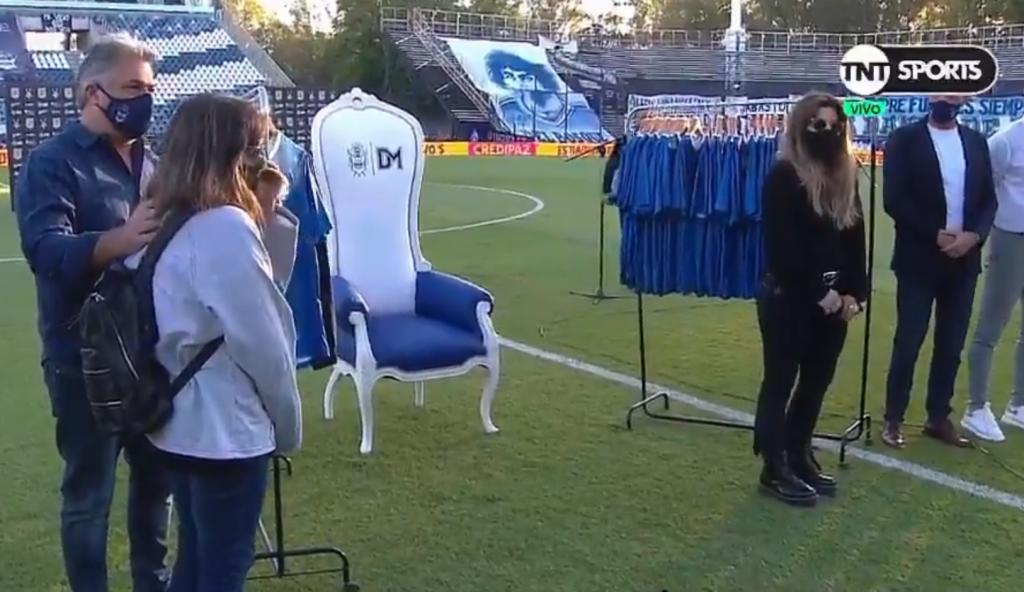 Maradona tuvo un sentido homenaje en la cancha de Gimnasia