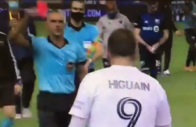 Higuaín fue expulsado por lenguaje abusivo hacia el árbitro. Captura