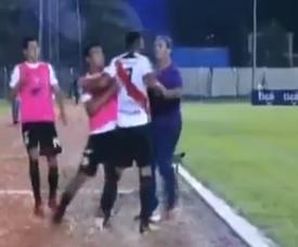 Thiago dos Santos pagó su frustración con su técnico. Twitter