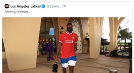LeBron James se puso la nueva camiseta del Liverpool. Twitter/Lakers
