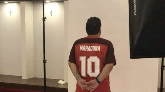Maradona posó en la fotografía oficial del equipo y del cuerpo técnico. Instagram/Maradona