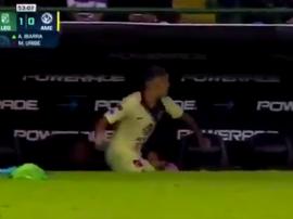 Matheus Uribe lance sa bouteille contre le banc. Capture/FOXSports