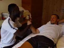 El centrocampista guineano pidió disculpas a su compañero. Twitter/Leipzig