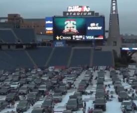 EUA montou cinemas abertos em estádios com jogos nos telões. Captura