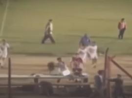 Un futbolista lanzó un portátil a un aficionado. Captura/Youtube