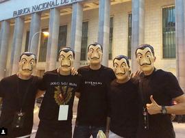 Giocatori della Spagna mascherati dai protagonisti de 'La casa di carta'. Thiago