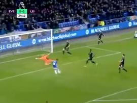 Walcott marcó su primer gol con el Everton. Twitter
