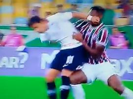 Romero acabó expulsado por dar un codazo a un rival. Captura