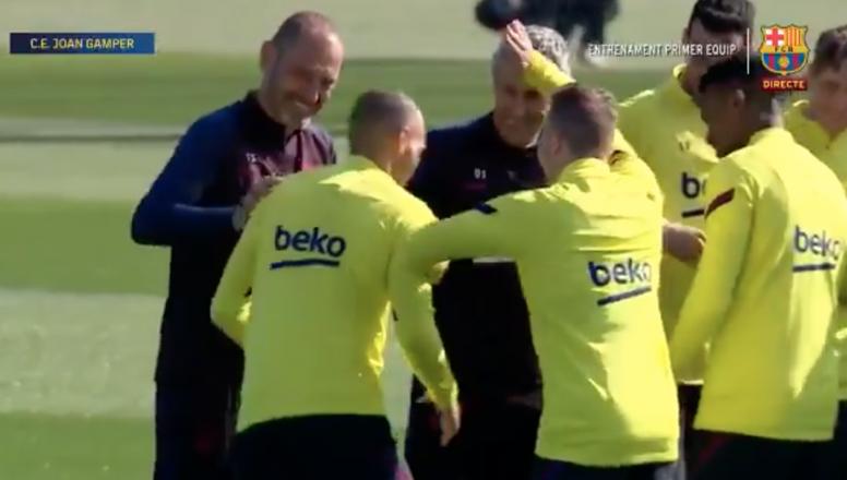 Companheiros de equipe recebem o jogador. Captura/FCBarcelona