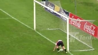 A un jugador le anularon un gol por una mano en la misma línea. Captura/Tenfield