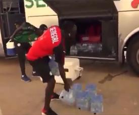 Le geste de Sadio Mané qui aide le staff à la sortie du bus du Sénégal. Capture/ESPN