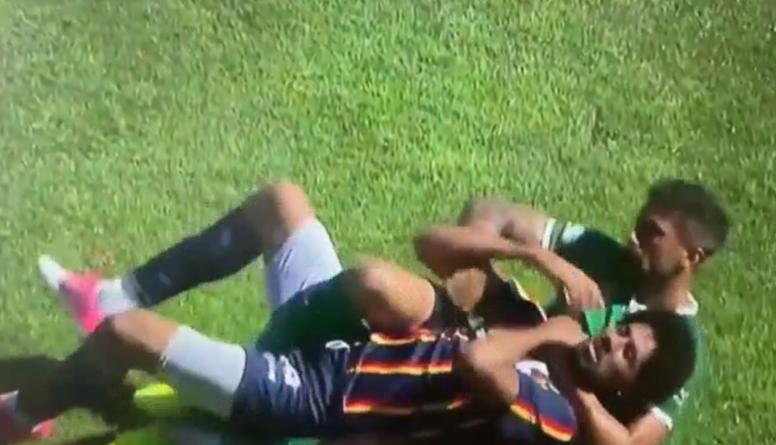 Un jugador agarró del cuello al otro y casi lo ahorcó. Captura