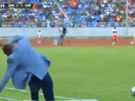 Wedson Nyirenda dio toques a un balón y terminó cayendo de culo. Twitter