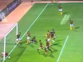 El delantero evitó el gol de su equipo en línea de gol. Captura