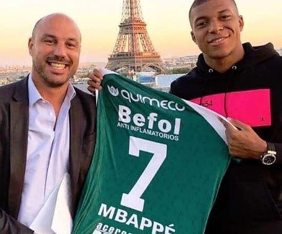 El francés posa con la camiseta de su 'nuevo' equipo. Sarmiento