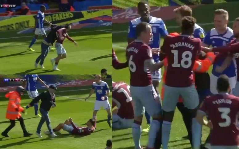 ¡Un hincha del Birmingham saltó al campo y agredió a Grealish! Captura/SkySportsFootball