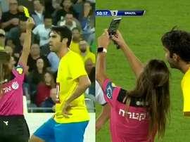 Árbitra mostra o cartão e faz uma selfie com Kaká. Captura/FOXSports